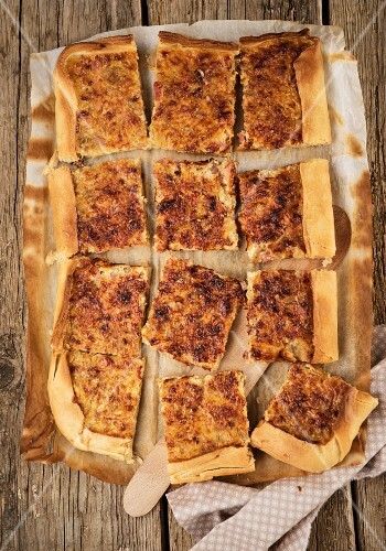 Shortcrust tart with onions and bacon (seen from above)