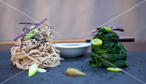 Buchweizennudeln mit Spinat und Shoyu-Mirin-Dip (Japan)