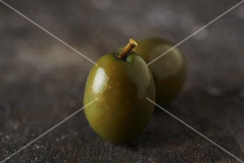 Green olives (close-up)