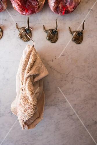 Kutteln hängen in einer Metzgerei