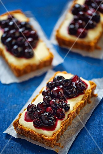 Biscuit base tartlets with vanilla cream and blueberries