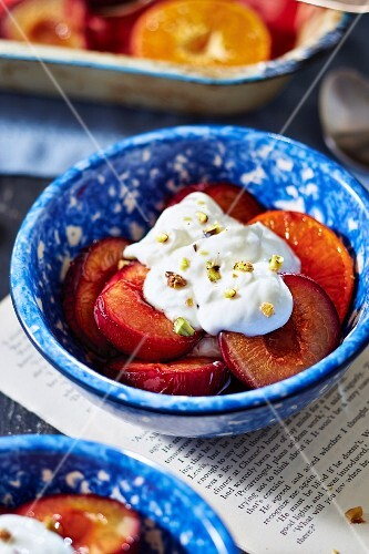 Grilled plums with cream and pistachios