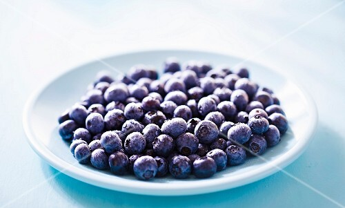 A plate of fresh blueberries