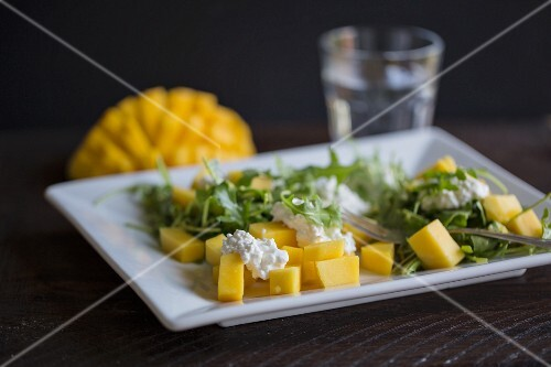 Mango and rocket salad with cottage cheese