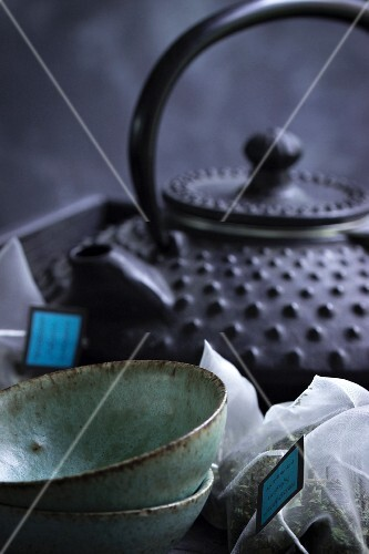 Tea bowls and a teapot with teabags