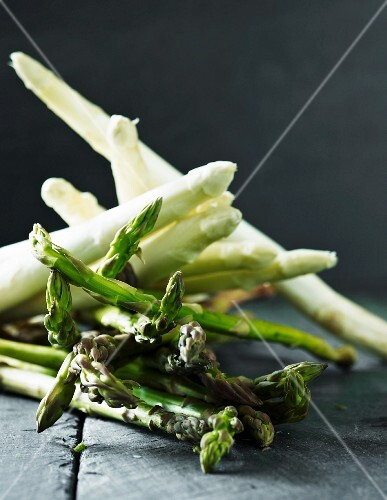 An arrangement of white and green asparagus