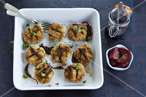 Grilled meatballs with beetroot
