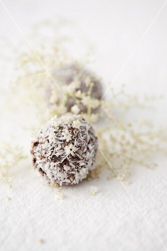 Chocolate bites with grated coconut and elderflower liqueur
