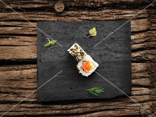 Uramaki with salmon, caviar and sesame seeds