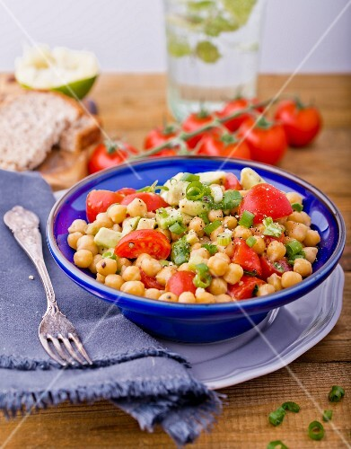 Chickpea salad with tomato and spring onions