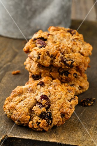 Oat and walnut biscuits with raisins