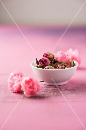 Dried rose buds (rosa damascena)