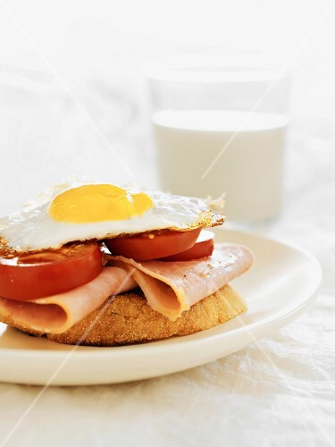 Grilled bread topped with ham, tomatoes and fried egg