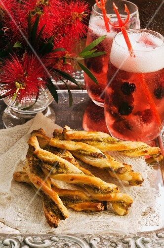Cheese sticks with pesto and two berry cocktails