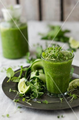 A green smoothie with cucumber, cress and limes