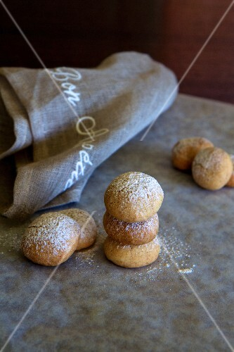 Cinnamon cookies with a rustic linen cloth