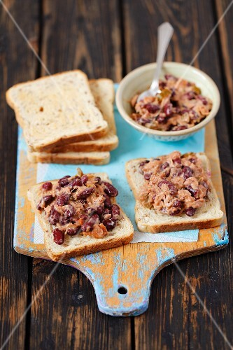 Toast topped with tuna and kidney bean salad