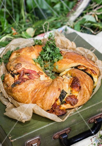A savoury bread wreath for a picnic