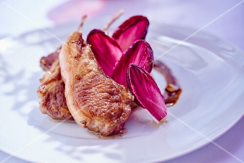Lamb chops with radicchio leaves