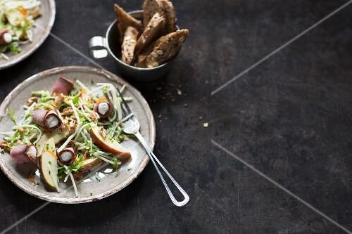 Fitness-Salat mit Schinkenröllchen und Apfel