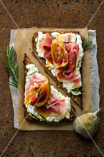Wholemeal bread with goat's cheese, figs, country ham, rosemary and honey