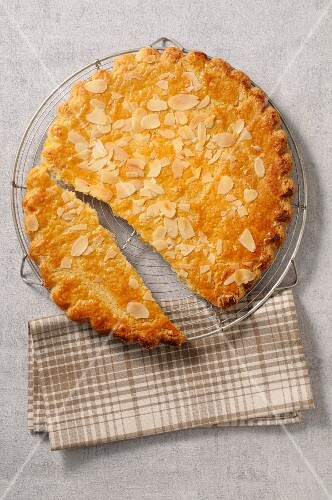 Almond cake, sliced (seen from above)