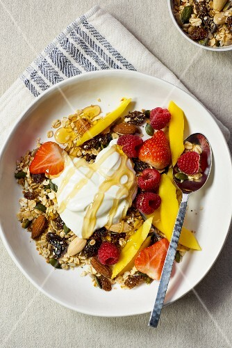 Muesli with yoghurt, fruit and honey
