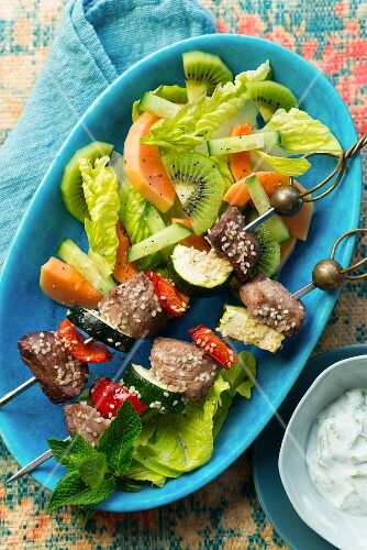 Lamb kebabs with vegetables and sesames seeds