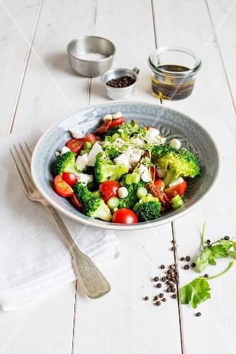 Brokkolisalat mit Kirschtomaten und Mozzarella