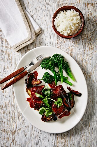 Pork belly braised in soy sauce with broccoli and rice (China)