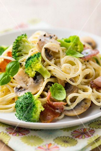 Spaghetti carbonara with broccoli