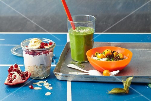Breakfast with a detox smoothie, overnight muesli and alkaline porridge