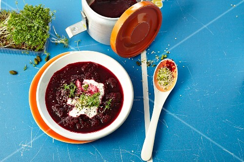 Grated beetroot with yoghurt, sesame seeds and cress