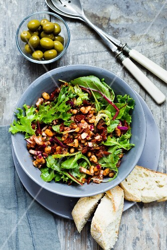 White bean salad with dried tomatoes