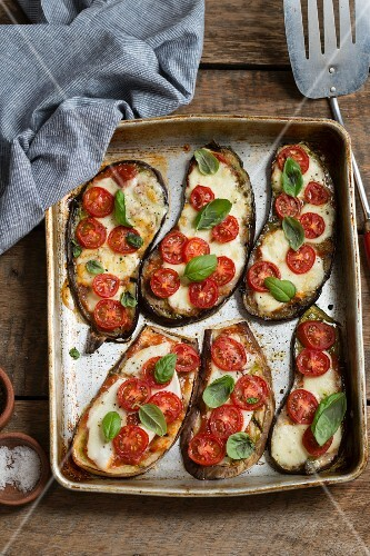 Oven-roasted aubergines with mozzarella, tomatoes and basil