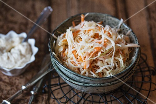 Coleslaw made from white cabbage and carrots with a mayonnaise dressing (USA)