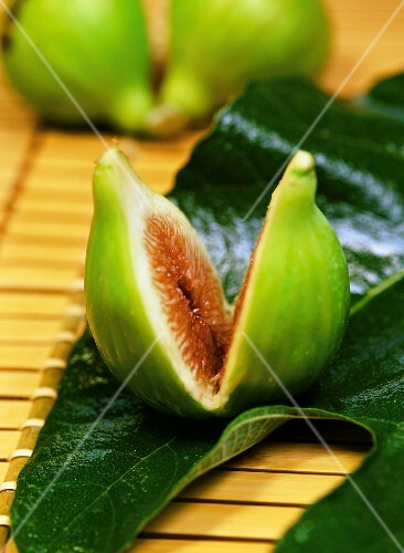 Green figs and fig leaves