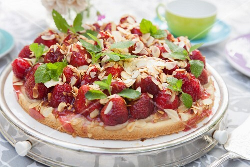 Strawberry cake with almonds and mint