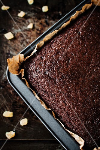 Rich gingerbread cake in a baking tin (seen from above)