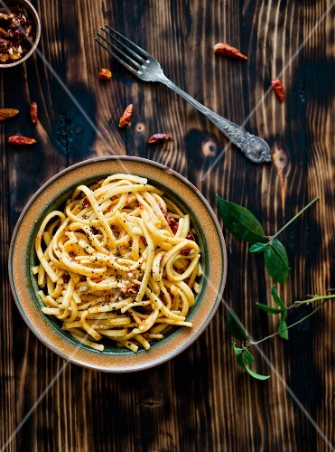Linguine with dried tomatoes and chillis