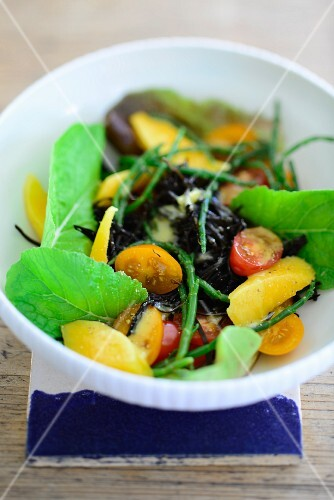 Mixed leaf salad with seaweed