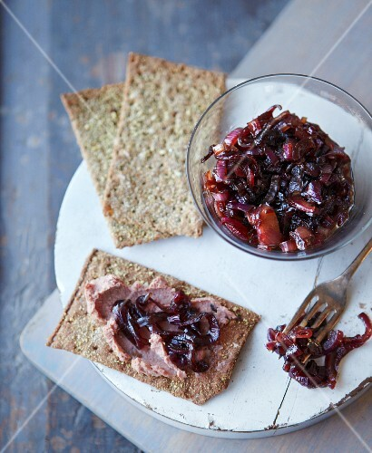 Crispbread with caramelised red onions and liver pâté