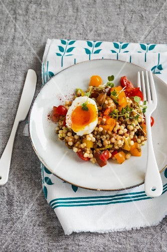 Fregola and tomato salad with egg