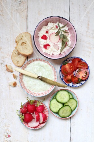 Quark and cream cheese spread with vegetables and bread