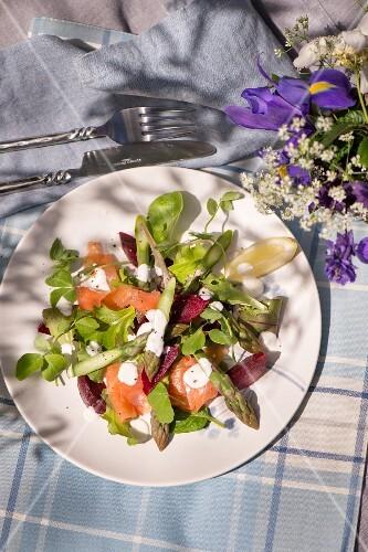 Asparagus salad with smoked salmon