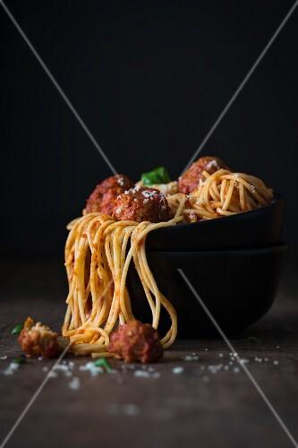 Spaghetti mit Tomatensauce und Hackbällchen