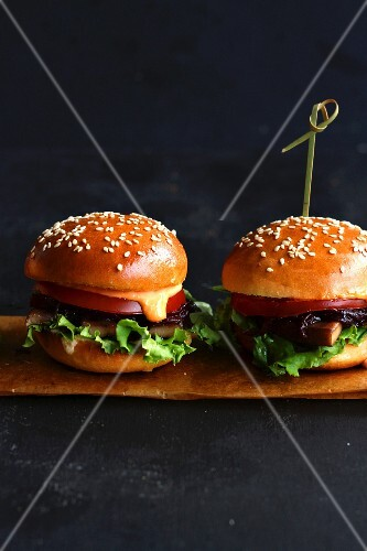 Sliders with cheese and tomatoes