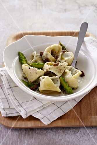Tortellini with asparagus and morel mushrooms