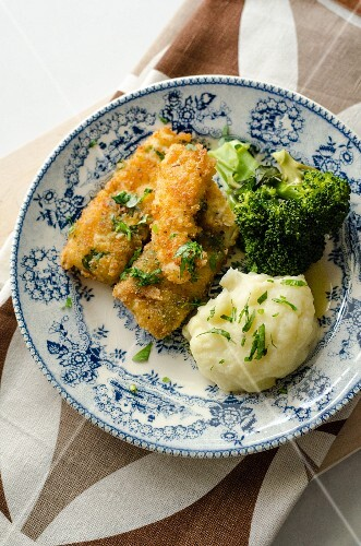 Breaded fish fillets with broccoli and mashed potatoes