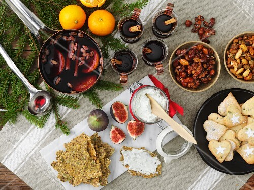 Mulled wine with ingredients and Christmas biscuits
